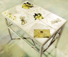 Mesa  con mariposas y letras -Marta Cacaccio   http://www.manosalaobra.tv