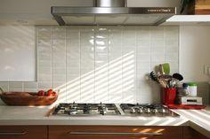 תמונות של חיפויים וריצופים בלתי רגילים למטבח מבית רוחמה שרון Appliances, Tiles, Home, Oven, Kitchen, Stove Top, Kitchen Appliances, Kitchen Tiles