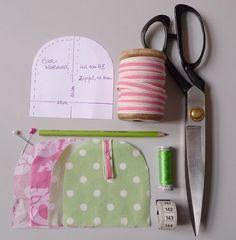 Für einen Eierwärmer benötigen Sie: 2 x 15 x 20 cm Stoff - unterschiedlich gemustert Passende Borte für den Zipfel Passendes Nähgarn Stoffschere und Papierschere Stecknadeln Nähmaschine
