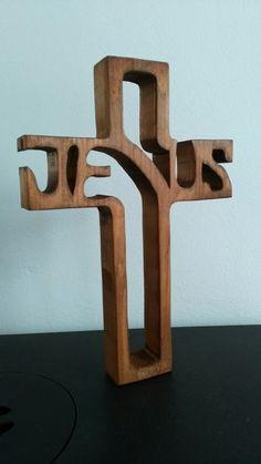 Holzkreuz mit einer Dekupiersäge hergestellt.