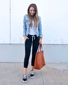 denim jacket and black joggers outfit Mode Outfits, Fall Outfits, Fashion Outfits, Cute Casual Outfits, Casual Chic, Black Joggers Outfit, Women Joggers Outfit, Denim Jacket Outfits, How To Wear Denim Jacket