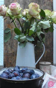 Zwetschkenwähe mit Schmand versus Zwetschkengermfleck - sugar&rose Table Decorations, Flowers, Play Dough, Make Your Own, Recipe, Royal Icing Flowers, Flower, Florals, Dinner Table Decorations