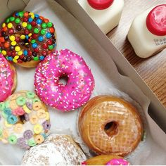Bakery: California DonutsLocation: Los Angeles, CaliforniaA donut topped with Fruit Loops? - Courtesy of California Donuts Just Donuts, Coffee And Donuts, Donut Flavors, Donut Recipes, Glam Doll Donuts, Donut World, Butter Bakery, Square Donuts, California Donuts