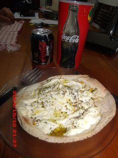 Pizza de frango com creme cheese no pão árabe.