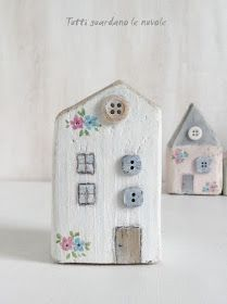 Tutti guardano le nuvole: Little Houses Tutti guardano le nuvole: Little Houses The post Tutti guardano le nuvole: Little Houses appeared first on Bauen Diy. Driftwood Projects, Driftwood Art, Home Crafts, Diy And Crafts, Arts And Crafts, Articles En Bois, Small Wooden House, Ceramic Houses, Wooden Houses
