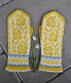 katttoo's Ruffles and Roses stranded colorwork mittens, knitted in Garnstudio DROPS Flora in a grellow color combination. Mitten pattern: Ruffles and Roses by JennyPenny. Knitted Mittens Pattern, Knit Mittens, Knitted Gloves, Knitting Socks, Hand Knitting, Knitting Patterns, Garnstudio Drops, Ravelry, Fingerless Mittens