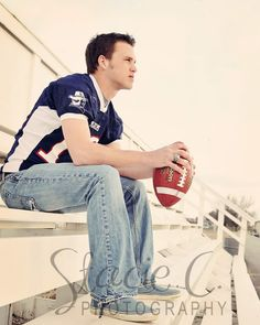 Football Poses for Photography Football Players Photos, Football Senior Pictures, Football Poses, Male Senior Pictures, Senior Photos, Softball Pics, Volleyball Pictures, Cheer Pictures, Boy Senior Portraits