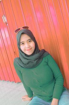 Arab Girls Hijab, Girl Hijab, Arab Women, Arab Ladies, Beautiful Muslim Women, Hijab Chic, Kebaya, Turtle Neck, Lady