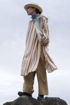 春キャンプに何を着る? おしゃれも機能性も抜かりない3スタイル|MINE(マイン) #アースカラー#リラックス#夏#夏コーデ#スナップ#ファッション#オシャレ#お洒落さん#ファッショニスタ#山#海#アウトドア#大自然#キャンプ#キャンピング#ハット#帽子#ナチュラル#スカーフ#MINE Rain Jacket, Windbreaker, Raincoat, Lady, Jackets, Style, Fashion, Down Jackets, Swag