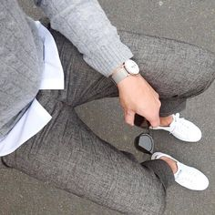 The latest men's fashion including the best basics, classics, stylish eveningwear and casual street style looks. Shop men's clothing for every occasion online Der Gentleman, Gentleman Style, Moda Sneakers, Mens Fashion Sweaters, Look Man, Casual Outfits, Fashion Outfits, Fashion Hats, Dress Casual