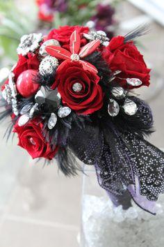Bouquet de mariée, roses préservées et bijoux. Par Tapis Rouge gestion d'événements.
