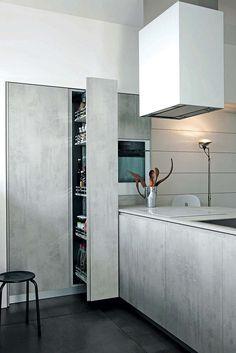 Votre cuisine, votre quotidien… - La cuisine contemporaine, Mila, conjugue l'audace et la fonctionnalité. Les rangements sont optimisés, recouverts d'un aspect ciment bluffant. Rayonnages ouverts, armoires coulissantes, accessoires, tiroirs, casseroliers… Le confort est au rendez-vous. ©Cesar