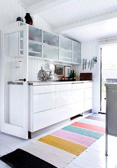 white kitchen + colorful rug / line klein