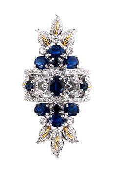 Ringweite: 54. Ringkopflänge: ca. 4,5 cm. Gewicht: ca. 7,2 g. WG 750. Verspielter großer Ring mit Brillanten, zus. ca. 1,2 ct, und ovalfacettierten Saphiren,...