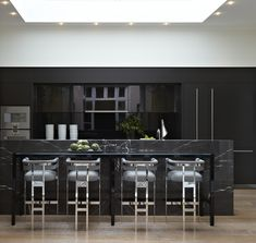 Helen Green Design is a comprehensive design studio synonymous with the creation of beautifully crafted multi-layered luxury interiors. Black Kitchens, Home Kitchens, Kitchen Stools, Bar Stools, Loft, Beautiful Kitchens, Interior Design Kitchen, Kitchen Living, Interiores Design