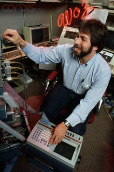 Steve Wozniak February 1984 Buy Computer, Computer Science, Steve Jobs, Old Computers, Apple Computers, Computer Companies, Apple Picture, Radio Usa, Steve Wozniak