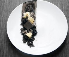 black sesame cheesecake with white chocolate (plated desserts) - Sweet Food Weight Watcher Desserts, Gourmet Recipes, Dessert Recipes, Cooking Recipes, Dessert Food, Easy Desserts, Low Carb Dessert, Beautiful Desserts, Food Decoration