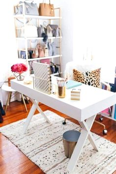 Modern feminine and chic home office decor. Modern feminine and chic home office decor. Home decor, office d Mesa Home Office, Home Office Space, Home Office Design, Home Office Decor, House Design, Apartment Office, Desk Space, Small Office, Corner Office