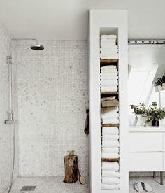White savvy bathroom towel storage ideas for modern and minimalist bathroom design. Bathroom Niche, Small Bathroom Storage, Bathroom Towels, Bathroom Ideas, White Bathroom, Bathroom Colors, Shower Ideas, Bathroom Designs, Bathroom Hacks