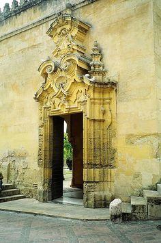 Una de las puertas de entrada a la Mezquita de Córdoba, España