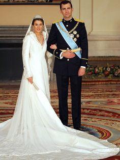 Letizia heiratete 2004 Spaniens Kronprinzen Felipe in einem aufwendig bestickten Seidenkleid des spanischen Designer Manuel Pertegaz.