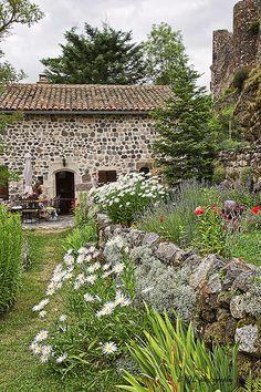 Arlempdes, Región: Alto Loira, Departamento : Auvernia_ France Rhone, France Travel, Countries, Landscapes, Gardens, Cabin, French, House Styles, Alps