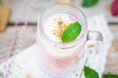 Cheesecake-Smoothie mit Erdbeeren und Qaurkhäubchen – himmlisch cremig…