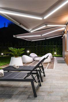 Aménagez votre terrasse pour profiter librement de vos journées d'été, créez ainsi un espace de détente protégé du soleil. Ici, deux stores bannes bicolores de grandes dimensions ont été installé pour couvrir la terrasse et apporter un touche design à la façade de cette maison contemporaine. La toile et sa couleur, choisies en fonction des éléments environnants, apportent une nouvelle ambiance grâce à un large choix de teintes chaleureuses et modernes. Outdoor Furniture, Outdoor Decor, Perfect Place, Sun Lounger, Outdoor Gardens, Backyard, Places, Design, Home Decor