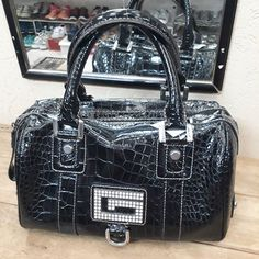 Bolsa preta de verniz com bolsos internos modelo estruturado de mão da #Guess.  #Guess / R$9900  #brechócamarimtododianovidade  #brecho.