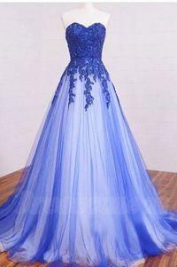 Vestido azul com corpete de renda e saia de tule, decote em coração e sem alças.