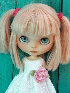 Blythe doll, pink blonde hair, Blue eyes