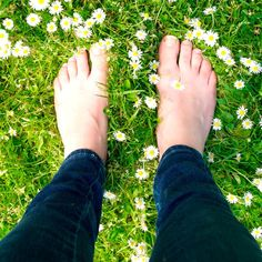 Earthing: 5 Ways It Can Help You Fight Disease I always knew it was good for me to walk barefoot! But only on pesticide-free lawn. Natural Health Remedies, Natural Cures, Natural Healing, Dr Josh Axe, Dr Axe, Health And Nutrition, Health And Wellness, Health Talk, Mental Health