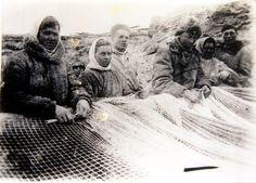 Nach dem Winter 1942/43 auf der Insel Trofimowsk arbeiteten Dalia Grinkeviciute und ihre Familie bei den Fischerbrigaden. Hier haben sie genug zu essen, doch die Arbeit ist an Sinnlosigkeit kaum zu überbieten: Unsachgemäß und unter unhygienischen Verhältnissen salzen sie Fisch ein, der tonnenweise verfault. Im Frühjahr wird die gesamte Produktion ins Meer gekippt.