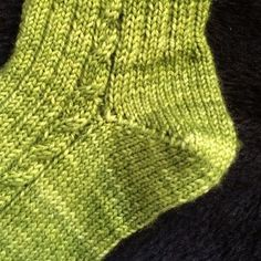 [vidéo] Tricoter un talon de chaussette en rangs raccourcis Knitting Videos, Knitting Stitches, Knitting Socks, Free Knitting, Baby Knitting, Knitting Patterns, Crochet Patterns, Diy Baby Socks, Diy Crafts Knitting