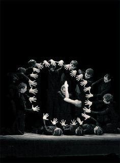 Relógio Humano Image by unknown author amazing theatre, performance art Theatre Design, Stage Design, Modern Dance, Tanz Poster, Bühnen Design, Tableaux Vivants, Theatre Stage, Shadow Play, Scenic Design