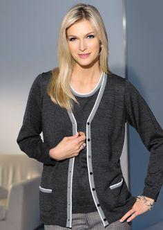 Un fin tricot chiné, soigneusement diminué, compose ce twin-set agrémenté de contrastes du plus bel effet.