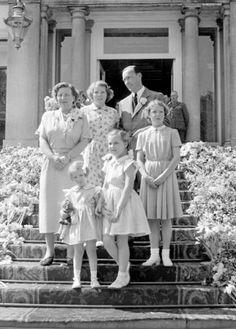 NLD-520430-SOESTDIJK: De koninklijke familie op het bordes van paleis Soestdijk tijdens het jaarlijkse defile. Vlnr: Juliana, Marijke,Beatrix, Margriet, Bernhard en Irene. ANP/BENELUXPRESS. 30-04-1952