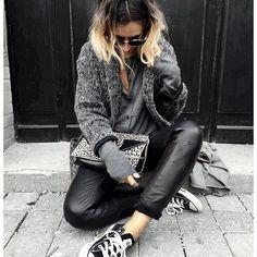 Ce jour de vacances où tu utilises un produit effet wavy et que le lendemain tes cheveux se gorgent en plus de vent et de sel ... et se transforment en paille mousseuse jaunâtre  Vivement le bain! • Knit #margauxlonnberg (from @shopnextdoor) • Knit #samsoesamsoe (from @samsoesamsoe) • Leather Pant #vanessabruno (old) • Bag #saintlaurent (from @vestiaireco) ...