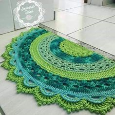 tapete-meia-lua-candy-collors-decoracao-para-quato-de-bebe - Salvabrani - DIY Home Decors , DIY Knitting , DIY Present , DIY Car Crochet Doily Rug, Crochet Rug Patterns, Crochet Carpet, Doily Patterns, Crochet Home, Crochet Designs, Crochet Crafts, Crochet Projects, Knit Crochet