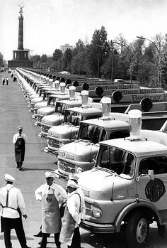 Neue Bierwagen der Kindl-Brauerei, präsentiert auf der Straße des 17. Juni in Berlin im April 1968 Berlin Mitte, West Berlin, East Germany, Berlin Germany, 17 Juni, Neue Wache, Kaiser Wilhelm, Mercedes Benz Trucks, The Second City