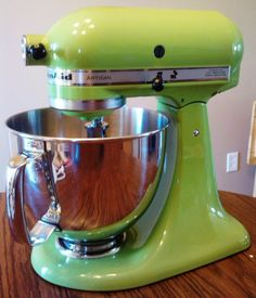 lime green kitchen aid = a must Love love love this mixer I want it so bad Lime Green Kitchen, Green Kitchen Decor, Kitchen Colors, Kitchen Stuff, New Kitchen, Kitchen Ideas, Kitchen Aid Mixer, Kitchen Appliances, Gray Painted Walls