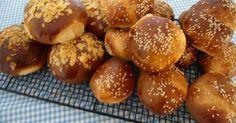 Εξαιρετική συνταγή για Βλασερό Άνδρου. Ενα νηστίσιμο παραδοσιακό κουλούρι, κάτι μεταξύ ψωμιού και τσουρεκιού.  Λίγα μυστικά ακόμα  Μία παραδοσιακή συνταγή που τείνει στις μέρες μας να χαθεί.Παλιότερα τα βλασερά τα φτιάχνανε οι περισσότεροι στο νησί κατά τις περιόδους νηστείας.Οταν μπαγιατέψει το βλασερό, το κόβουμε σε φέτες και το ψήνουμε σαν παξιμάδι.Συνοδεύει ευχάριστα τον καφέ, το γάλα τών παιδιών και κάθε είδους ρόφημα.
