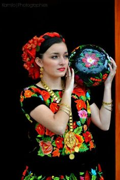 Tehuana Mexican Costume, Mexican Outfit, Mexican Dresses, Traditional Mexican Dress, Traditional Fashion, Traditional Dresses, Mexican People, Mexico Fashion, Mexican Embroidery
