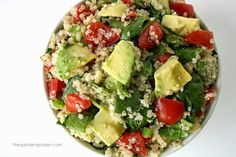Ensalada de quinoa y aguacate, muy saludable para el almuerzo o la cena:  1 taza de quinoa 2 aguacates medianos 3 espinaca 8 tomates cherry 3 cebollas moradas  Aderezo: 2 cdas de vinagre 2 cdas aceite de oliva 1/8 cdita sal