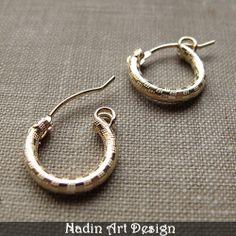 Textured Gold-Creolen. Huggie Creolen Ohrringe von NadinArtDesign auf DaWanda.com