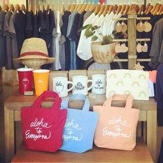 これを買えば間違いなし!ハワイのおすすめ人気お土産ランキングTOP30 | RETRIP[リトリップ] Paper Shopping Bag, Hawaiian, Reusable Tote Bags, Beach, Travel, Decor, Ideas, Design, Products