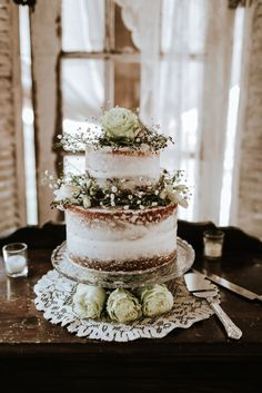 Two tier half iced wedding cake with flowers #weddingcake #halficedweddingcake #nakedweddingcake #rusticweddingcake