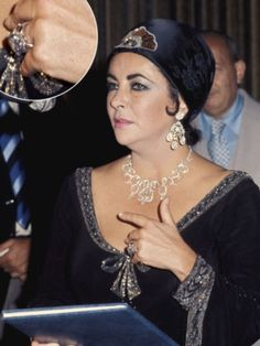 Image detail for -Elizabeth-Taylor-Krupp-Diamond-Ring Elizabeth Taylor Schmuck, Most Beautiful Women, Beautiful People, Hollywood Icons, Hollywood Jewelry, Hollywood Star, Celebrity Engagement Rings, Divas, Engagement Celebration