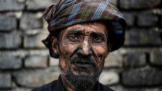 - Trabalhador de carvoaria durante o trabalho, na periferia de Mazar-i-Sharif, no Afeganistão. Foto: Farshad Usyan / AFP