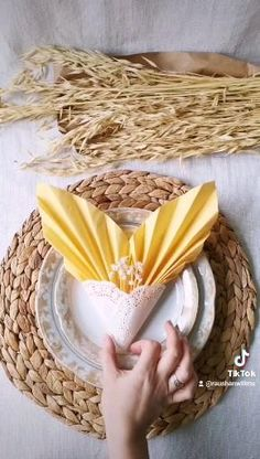 Home Crafts, Diy And Crafts, Paper Crafts, Fancy Napkin Folding, Diy Wedding Decorations, Table Decorations, Christmas Paper Napkins, Christmas Table Settings, Diy For Kids